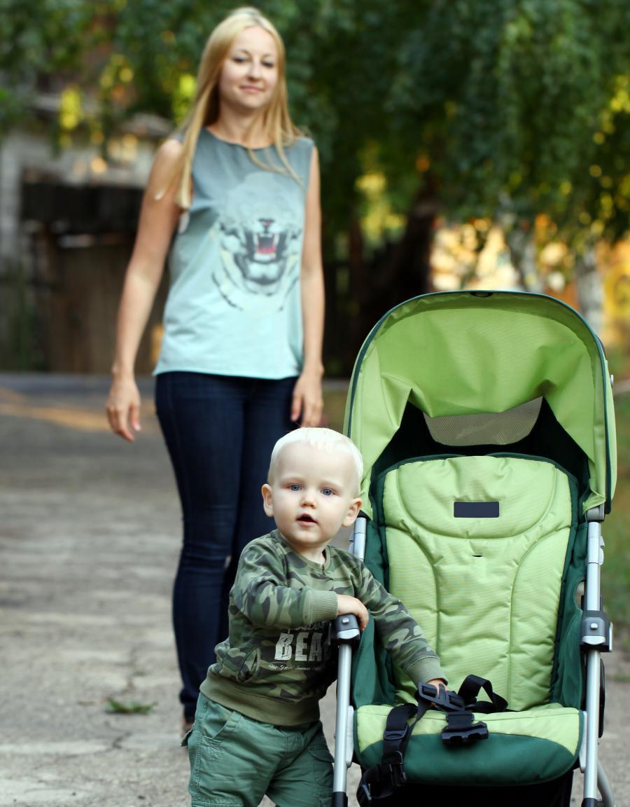 Mor med dreng og klapvogn
