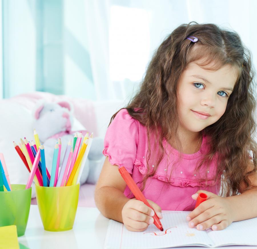 Pige der tegner
